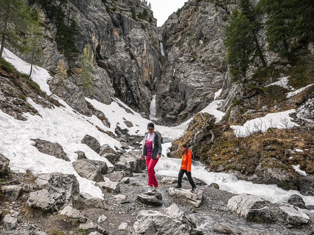 Family hiking in Sertigtal Davos